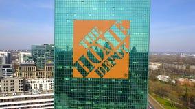 Tir aérien de gratte-ciel de bureau avec le logo de Home Depot Immeuble de bureaux moderne 3D éditorial rendant l'agrafe 4K banque de vidéos