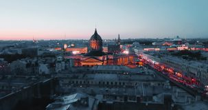 Tir aérien de Kazan Cathedal la nuit St Petersburg, Russie ville d'en haut, vidéo cinématographique de bourdon, historique banque de vidéos