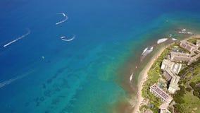 Tir aérien de l'océan propre en cristal, des bateaux et du hyatt à la mode Ontario de station de vacances il littoral sur l'île M clips vidéos