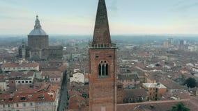 Tir aérien de la tour de cloche de l'église de Santa Maria del Carmine à Pavie, Italie clips vidéos