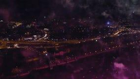 Tir aérien de nuit des feux d'artifice banque de vidéos