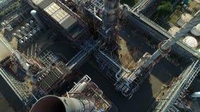 Tir aérien de outre de raffinerie de pétrole banque de vidéos