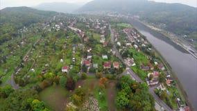Tir aérien de petite ville de village, brouillard brumeux, air de montagnes de rivière clips vidéos