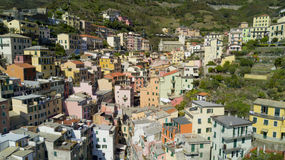 Tir aérien de photo avec le bourdon sur Riomaggiore un du Cinqueterre célèbre Photo stock