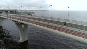 Tir aérien de pont en bord de la mer banque de vidéos