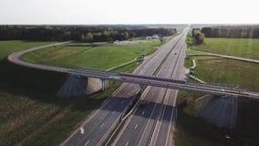 Tir aérien de route et de pont guyed en voiture banque de vidéos