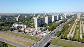 Tir aérien de ville avec les maisons à plusiers étages, les avenues larges et le paysage urbain avec des tuyaux d'usine clips vidéos