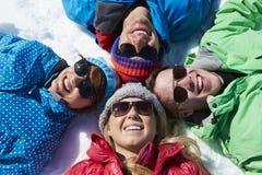 Tir aérien des amis ayant l'amusement des vacances d'hiver Photographie stock libre de droits