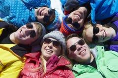 Tir aérien des amis ayant l'amusement des vacances d'hiver Photos libres de droits