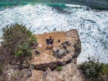 Tir aérien des couples sur la falaise avec le fond d'océan photos stock