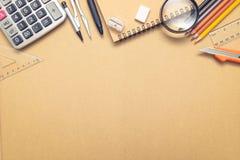Tir aérien des fournitures scolaires sur le fond de papier de métier photographie stock libre de droits