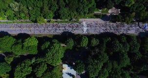 Tir aérien des marathoniens sur la route goudronnée clips vidéos