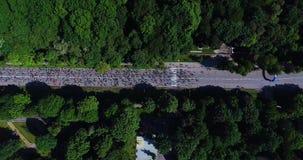 Tir aérien des marathoniens sur la route goudronnée banque de vidéos