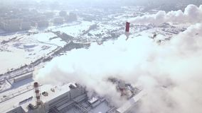 Tir aérien des nuages de fumée de bourdon de vol des tuyaux industriels sur l'usine chimique dans la ville Cheminée de tabagisme  banque de vidéos