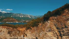Tir aérien des vagues et de la falaise de mer Longueur de bourdon de côte de roche de Sveti Nikola Island clips vidéos