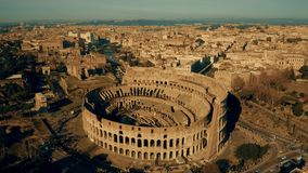 Tir aérien du Colosseum, le point de repère le plus visité de Rome, Italie clips vidéos