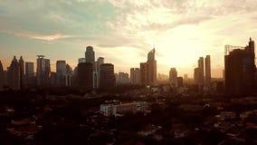 Tir aérien du paysage urbain de Jakarta au crépuscule banque de vidéos