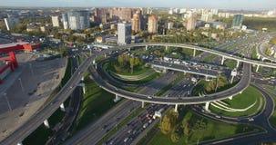 Tir aérien du paysage urbain de Moscou avec des échanges occupés, Russie banque de vidéos