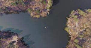 Tir aérien du petit bateau au milieu d'une belle rivière réfléchie large Mode de vie actif, connexion avec clips vidéos