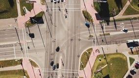 Tir aérien du trafic de route urbaine au-dessus du grand carrefour banque de vidéos