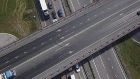 Tir aérien du trafic de route urbaine au-dessus du grand carrefour Voitures, autobus et camions conduisant par l'avenue Vue verti banque de vidéos