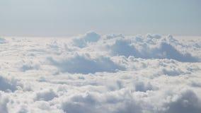 Tir aérien du vol plat au-dessus des nuages pendant la journée Photographie stock