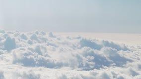 Tir aérien du vol plat au-dessus des nuages pendant la journée Photographie stock libre de droits