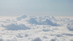 Tir aérien du vol plat au-dessus des nuages pendant la journée Images libres de droits