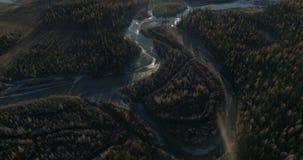 Tir aérien en rivière dans la steppe de Kurai dans l'Altai banque de vidéos
