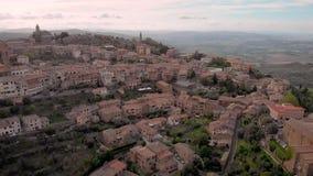 Tir aérien Montalcino Ville médiévale sur la colline Patrie de vin de Brunello, Toscane Italie clips vidéos