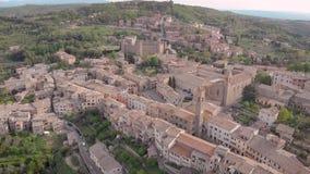 Tir aérien Montalcino Ville médiévale sur la colline Patrie de vin de Brunello, Toscane Italie banque de vidéos