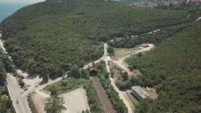 Tir aérien Mouche au-dessus de la route en Grèce ensoleillée banque de vidéos