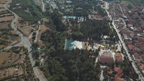 Tir aérien Mouche au-dessus de la route en Grèce ensoleillée clips vidéos
