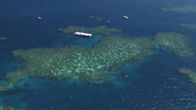 Tir aérien pris de l'hélicoptère des pontons de prise d'air de la Grande barrière de corail clips vidéos