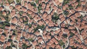 Tir aérien Regardez de ci-dessus des maisons avec les toits rouges en Grèce banque de vidéos