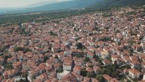Tir aérien Regardez de ci-dessus des maisons avec les toits rouges en Grèce clips vidéos