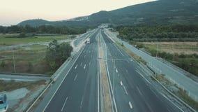 Tir aérien Regardez de ci-dessus des voitures montant le long de la route en Grèce banque de vidéos