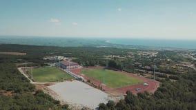 Tir aérien Regardez de ci-dessus les montagnes en Grèce clips vidéos