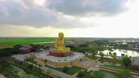 Tir aérien : Statue de Bouddha en Thaïlande banque de vidéos