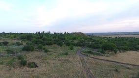 Tir aérien sur des champs et des collines de donbass banque de vidéos