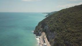 Tir aérien Volez au-dessus de la plage sablonneuse en Grèce clips vidéos