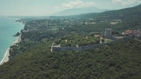 Tir aérien Volez au-dessus des collines et d'un château en Grèce banque de vidéos