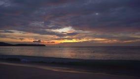 Tir au ralenti d'un coucher du soleil fantastique sur une plage clips vidéos