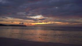 Tir au ralenti d'un coucher du soleil fantastique sur une plage banque de vidéos