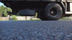 Tir brouillé de camion conduisant le long de la route dans la route de campagne Tours de camion par le rural Fin d'iew du fond de banque de vidéos