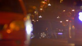 Tir brouillé des piétons lentement de marche et des voitures fastly mobiles sur égaliser le fond multicolore de lumières de ville banque de vidéos