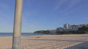 Tir cinématographique de chariot à un beau jour tranquille à la plage de bondi banque de vidéos