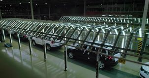 Tir cinématographique : Ligne d'inspection de véhicule dans l'usine de voiture banque de vidéos