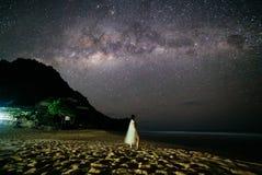 Tir coloré de l'espace de galaxie de manière laiteuse avec des étoiles sur un ciel nocturne à Yogyakarta photo stock