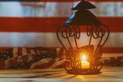 Tir commémoratif d'une flamme de bougie sur le fond de drapeau des USA image stock